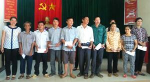 Đại diện lãnh đạo Hội LHPN thành phố Hoà Bình trả thưởng cho các hộ gia đình hưởng lợi từ Dự án.