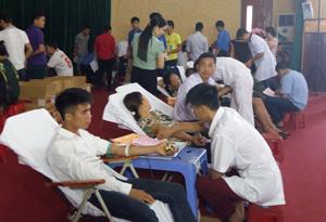 Các ĐVTN, hội viên, người dân huyện Kỳ Sơn  tham gia hiến máu tình nguyện.