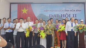 Đồng chí Nguyễn Văn Chương - Phó Chủ tịch UBND tỉnh tặng hoa chúc mừng BCH Hiệp hội Du lịch tỉnh Khoá II ra mắt đại hội