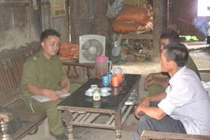 Công an xã Đồng Nghê (Đà Bắc) tuyên truyền việc chấp hành pháp luật cho nhân dân.