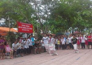 Đông đảo trẻ em phường Chăm Mát tham gia chơi, cổ vũ trò chơi nhảy bao bố tại hội chợ chia sẻ và tổng kết hoạt động hè năm 2015.