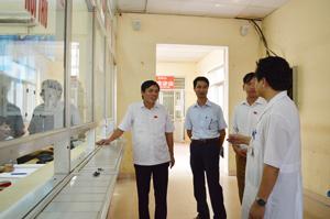 Đoàn giám sát khảo sát thực tế tại một số phòng, khoa của Bệnh viện đa khoa tỉnh.