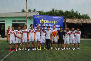 Lãnh đạo Sở NN&PTNT trao cờ, giải thưởng cho đội đoạt giải nhất.