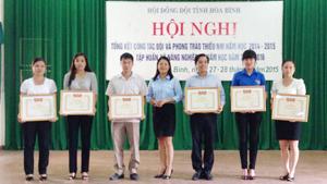 Đại diện lãnh đạo Hội đồng Đội trao bằng khen của T.Ư Đoàn cho các tập thể có thành tích xuất sắc.