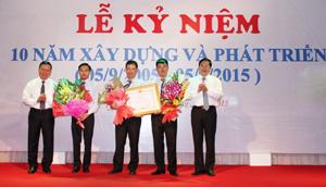 Thừa ủy quyền của Thủ tướng Chính phủ, Bộ trưởng Bộ TT&TT Nguyễn Bắc Son và Bí thư Tỉnh ủy Bùi Văn Tỉnh trao bằng khen của Thủ tướng Chính phủ, tặng hoa chúc mừng cho Sở TT&TT tỉnh.