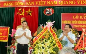 Đồng chí Bùi Văn Cửu, Phó Chủ tịch TT UBND tỉnh tặng hoa chúc mừng ngành LĐ-TB&XH tỉnh.