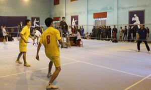 Môn cầu lông thu hút đông đảo cán bộ, viên chức, người lao động huyện Lạc Sơn  tham gia luyện tập.