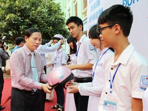 Đồng chí Bùi Văn Khánh, Phó Chủ tịch UBND tỉnh trao mũ bảo hiểm biểu trưng cho 20 học sinh trường THPT chuyên Hoàng Văn Thụ.