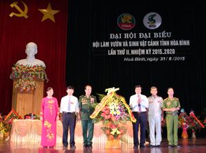 Đồng chí Trần Đăng Ninh, Phó Bí thư TT Tỉnh uỷ tặng lẵng hoa của Tỉnh uỷ - HĐND – UBND – MTTQ Việt Nam tỉnh chúc mừng Đại hội.