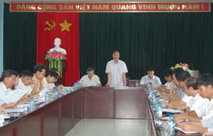 Đồng chí Nguyễn Ngọc Gắn, Phó Trưởng Ban Pháp chế- HĐND tỉnh phát biểu tại buổi làm việc với UBND huyện Lương Sơn.