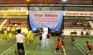 Trận thi đấu bóng chuyền tại hội thao.