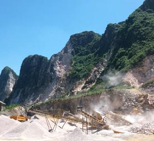 Khu vực mỏ khai thác đá tại thôn Quán Trắng, xã Thành Lập (Lương Sơn) tiềm ẩn nhiều rủi ro TNLĐ.