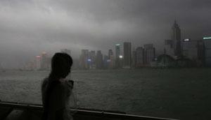 Bão Nida cập bến Hongkong khiến đời sống của người dân bị xáo trộn