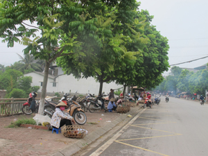 Hành lang giao thông bị chiếm dụng làm nơi buôn bán gà, vịt gây mất mỹ quan đô thị. ảnh chụp trên đường Phùng Hưng, phường Hữu Nghị (TP Hòa Bình).