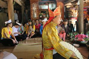 """Thầy Mo được coi là người """"giữ lửa"""" cho dân tộc Mường. Trong ảnh: Thầy Mo Bùi Văn Minh, xã Văn Nghĩa (Lạc Sơn) làm lễ vía kéo si (mụ thố) cầu sức khỏe.                                                                         ảnh: P.V"""