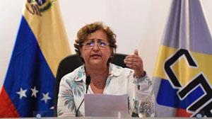 Chủ tịch Hội đồng Bầu cử quốc gia, bà T.Lu-xê-na thông báo về số chữ ký mà MUD thu thập.