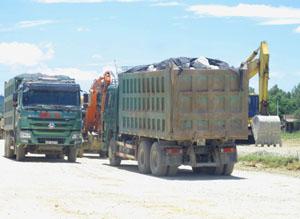Do trên địa bàn huyện Lương Sơn có đến 30 mỏ vật liệu xây dựng nên tiềm ẩn nhiều nguy cơ vi phạm về kiểm soát tải trọng. ảnh chụp tại mỏ đá Cao Dương.