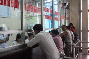 Người bệnh làm các thủ tục giám định khám, chữa bệnh bằng thẻ BHYT tại Bệnh viện Đa khoa tỉnh. ảnh: V.L