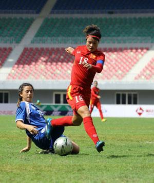 Tiền đạo Minh Nguyệt (áo đỏ) sẽ giúp VN vượt qua Thái Lan?