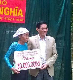 Lãnh đạo Huyện ủy Mai Châu trao tặng nhà tình nghĩa cho gia đình chính sách ở xã Mai Hịch.