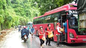 Hội Chữ thập đỏ cứu trợ lương thực, nước uống cho du khách và lái xe bị mắc kẹt trên tuyến quốc lộ 4D Lào Cai - Sa Pa.