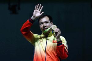 Hoàng Xuân Vinh và chiếc HCV Olympic nội dung súng ngắn hơi 10m nam.