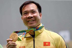 Xạ thủ Hoàng Xuân Vinh trên bục nhận Huy chương Vàng Olympic 2016