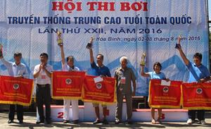 BTC trao cờ Trung ương Hội người cao tuổi Việt Nam và cúp cho 5 đoàn đạt thành tích xuất sắc nhất Hội thi.