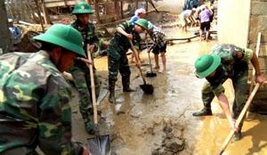 Bộ đội giúp dân khắc phục hậu quả lũ lụt.