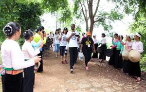 Nhân dân xóm Ải, xã Phong Phú(huyện Tân Lạc) trong trang phục truyền thống dân tộc Mường chào đón sinh viên đến từ các trường đại học trên thế giới.