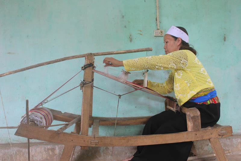 Chị Dương Thị Bin Say Mê Bên Khung Cửi.