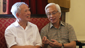 Nguyên Phó Thủ tướng Vũ Khoan và GS. Chu Hảo tại Phòng Gương Nhà hát Lớn chiều 2/9.