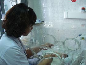 Bác sĩ Nguyễn Thị Thanh Hải theo dõi sức khỏe cháu Bùi Hồng Việt chỉ năng 800g.