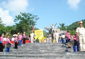 Đài tưởng niệm anh hùng LLVT Cù Chính Lan trong ngày khánh thành