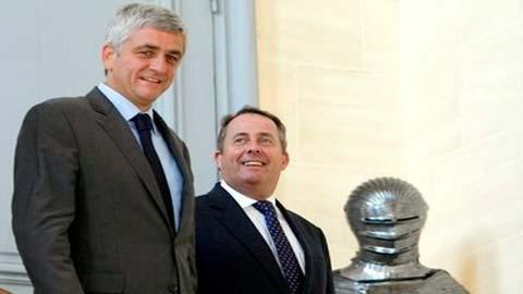 Bộ trưởng Quốc phòng Pháp Herve Morin (trái) và người đồng cấp Anh Liam Fox tại cuộc tiếp xúc ở Paris
