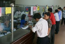 Khách hàng đến giao dịch tại Ngân hàng NN&PTNT huyện Tân Lạc