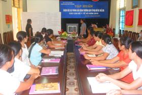 Đội ngũ cán bộ chuyên trách các trạm y tế xã, thị trấn tích cực thảo luận dưới sự hướng dẫn của giảng viên.