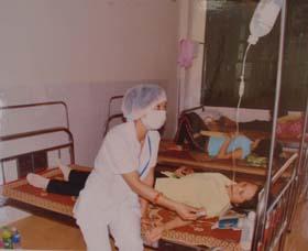 Y tá Bệnh viện Đa khoa huyện Cao Phong tận tình chăm sóc sức khỏe cho nhân dân.