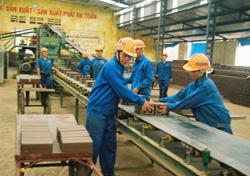 Công ty Cổ phần gạch ngói Quỳnh Lâm trang bị đầy đủ trang thiết bị bảo hộ lao động và huấn luyện VSATLĐ - PCCN cho người lao động