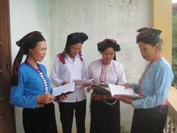 Đời sống tinh thần của đồng bào Tày ở Đà Bắc được nâng lên thông qua học văn hóa và tham khảo sách, báo
