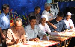 Nhân dân tham gia kí kết giao ước thi đua thực hiện phong trào