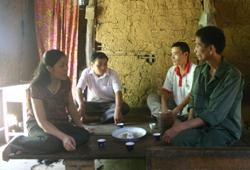 Cán bộ Trung tâm phòng chống HIV/AIDS tỉnh đến tư vấn cho các gia đình ở xã Liên Vũ, Lạc Sơn có người bị nhiễm HIV/AIDS