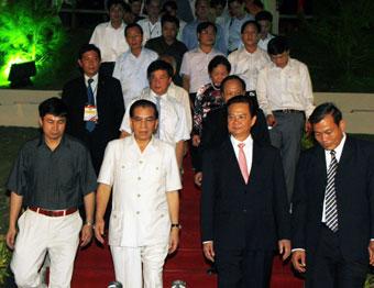 Tổng Bí thư Nông Đức Mạnh, Thủ tướng Nguyễn Tấn Dũng và các đại biểu thăm làng Văn Hóa - Du Lịch các dân tộc Việt Nam.