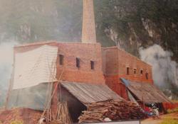 Lò gạch thủ công ở thông Liên Sơn, Khoan Dụ (Lạc Thuỷ) tạo việc làm cho khoảng 40 lao động địa phương nhưng gây ô nhiễm môi trường