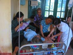 Các bác sĩ trạm y tế xã tham gia trực, xử trí bệnh nhân