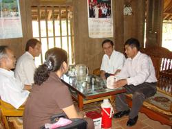 Lãnh đạo hội khuyến học tới thăm hỏi gia đình anh Vàng A Lềnh xã Hang Kia - Mai Châu, người hiến đất xây trường mầm non Hang Kia