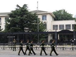Cảnh sát Trung Quốc làm nhiệm vụ trước Đại sứ quán Nhật Bản ở Bắc Kinh hôm 20-9.
