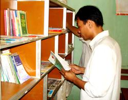 Người dân xã Thái Thịnh tiếp cận, nâng cao kiến thức pháp luật từ tủ sách pháp luật được đặt tại điểm bưu điện văn hóa xã