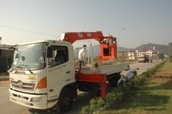 Công nhân Công ty CP Moi trường Đô thị Hòa Bình đầu tư trang thiết bị chuyên dùng phục vụ sửachữa điện chiếu sáng và các công tác khác
