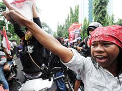 Người biểu tình bao vây tư gia Đại sứ Malaysia ở Jakarta.